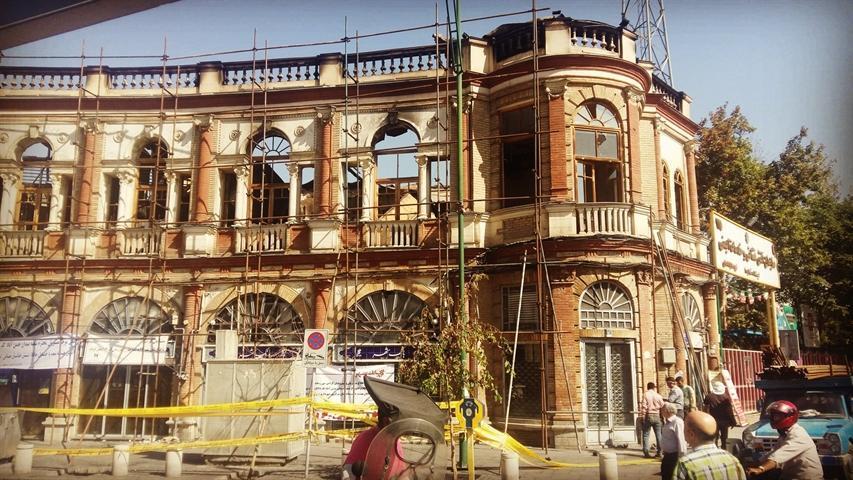 اقدامات شهرداری در میدان حسن آباد برای برطرف خطر و آواربرداری است