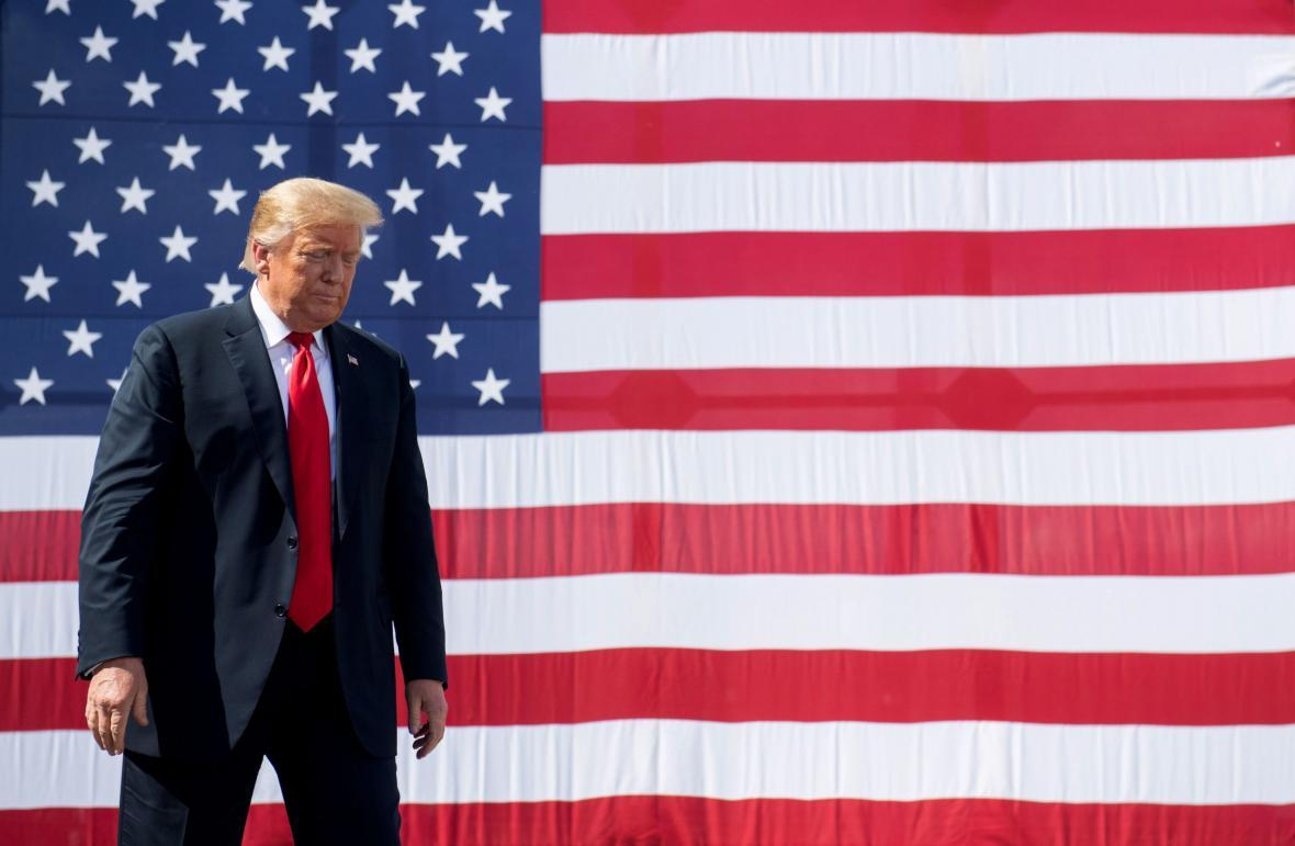 ترامپ در حال تماشای شادی طرفداران بایدن پس از پیروزی