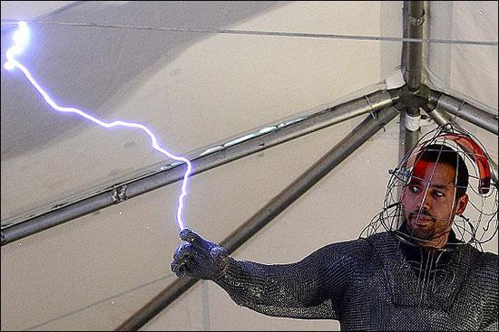 اتصال 3 شبانه روزی یک مرد به برق!